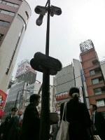 JR神田駅前に設置された街頭防犯カメラを視察する関係者ら
