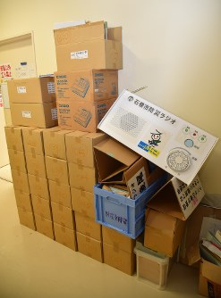 宮城県石巻市役所の廊下に保管されている防災ラジオ=百武信幸撮影
