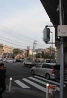 交通量や人通りが多い交差点につけられた防犯カメラ(右手前の柱上部)=川崎市中原区の上小田中交差点で
