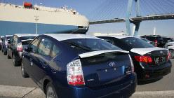 貨物船への積み込みを待つ自動車=愛知県東海市のトヨタ名港センターで、山口政宣撮影