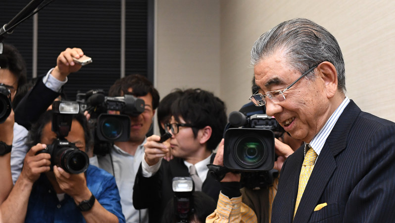 記者会見のあと報道陣に囲まれて苦笑いする鈴木敏文会長(右)=2016年4月7日、徳野仁子撮影