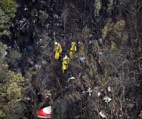 墜落現場を捜索する自衛隊員=鹿児島県鹿屋市で2016年4月8日午前9時47分、本社ヘリから津村豊和撮影