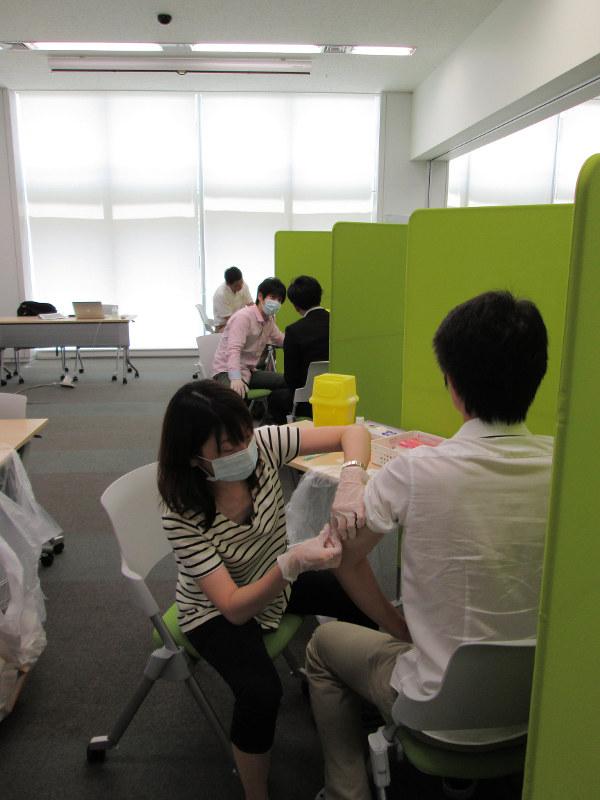 風疹の流行を受けて、東京都内の企業が社員対象に行った無料の集団接種。仕事の合間にたくさんの社員が接種を受けた=東京都渋谷区で2013年6月4日、小島正美撮影