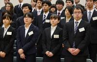 緊張した表情で合同入社式に臨む新入社員たち=松江市白潟本町の市民活動センターで、長宗拓弥撮影