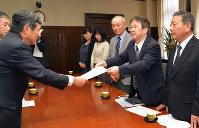 仁坂知事に要望書を手渡す中井県代表(右から2人目)=和歌山県庁で、阿部弘賢撮影