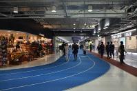世界一に輝いた成田空港の第3旅客ターミナルビル。陸上のトラックをイメージしたデザインなどが評価された=成田空港で