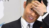 引退会見で質問する記者を見つめる北島康介選手=東京辰巳国際水泳場で2016年4月10日、三浦博之撮影
