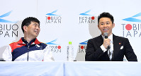 引退会見で平井コーチ(左)と笑顔を見せる北島康介選手=東京辰巳国際水泳場で2016年4月10日、三浦博之撮影