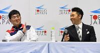 引退会見で記者の質問に平井コーチ(左)を見る北島康介選手=東京辰巳国際水泳場で2016年4月10日、三浦博之撮影