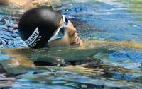 男子100メートルバタフライ決勝を制すも記録が伸びず首をかしげる藤井拓郎=東京辰巳国際水泳場で2016年4月10日、梅村直承撮影
