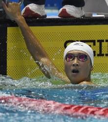 女子50メートル自由形決勝、優勝して電光掲示板を振り返る池江璃花子=東京辰巳国際水泳場で2016年4月10日、三浦博之撮影