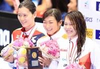 女子50メートル自由形決勝を制し表彰台で笑顔を見せる池江璃花子(中央)=東京辰巳国際水泳場で2016年4月10日、梅村直承撮影