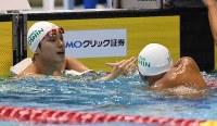男子50メートル自由形決勝、優勝し、2位の塩浦慎理(右)と握手する中村克=東京辰巳国際水泳場で2016年4月10日、三浦博之撮影
