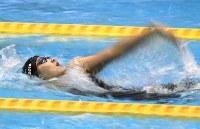 女子200メートル背泳ぎ決勝を制した酒井夏海=東京辰巳国際水泳場で2016年4月10日、梅村直承撮影
