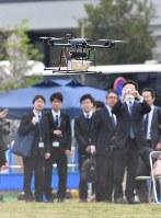 デモンストレーションで飛行する宅配用ドローン=千葉市美浜区で2016年4月11日午前10時3分、宮間俊樹撮影