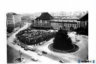 東京駅・丸の内側の駅前広場=1952年6月撮影