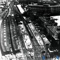 戦災で黒焦げの東京駅航空写真=1945年撮影