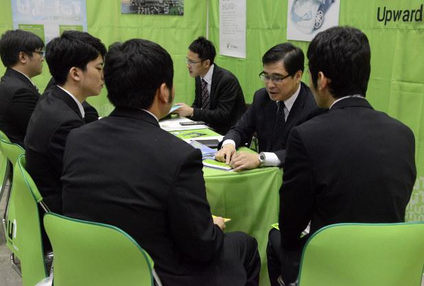 マイナビ合同会社説明会では企業側も優秀な学生を獲得しようと必死に自社をアピール=2016年3月、竹内紀臣撮影