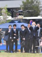 デモンストレーションで飛行する宅配用ドローン=千葉市美浜区で、宮間俊樹撮影
