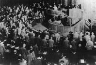 新憲法が衆院本会議を起立多数で通過、貴族院へ送られた=衆院本会議場で1946年8月24日