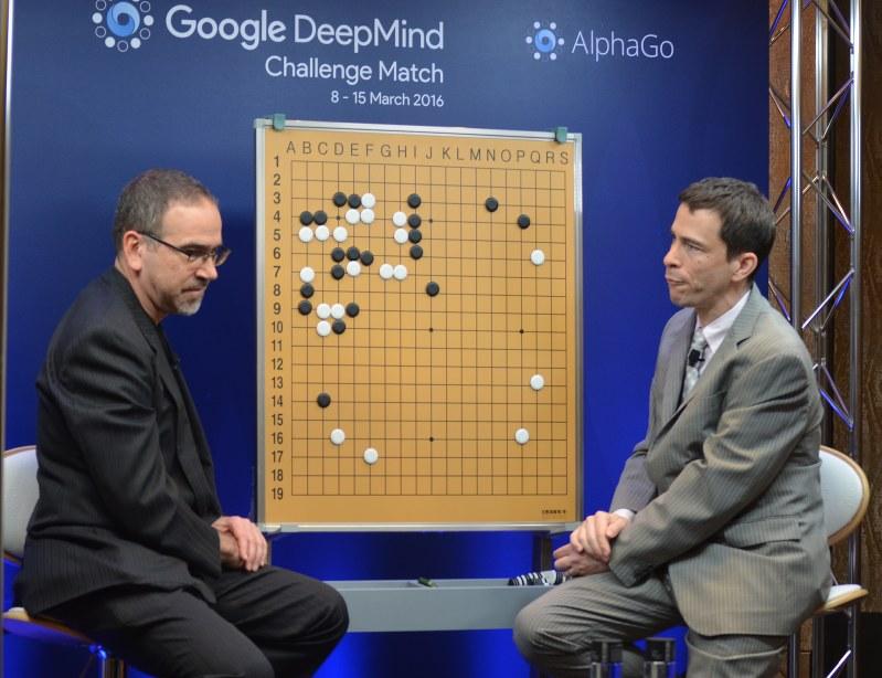 「YouTube」向けに、イ・セドル九段とアルファ碁の第3局を解説するマイケル・レドモンド九段(右)=日本棋院提供