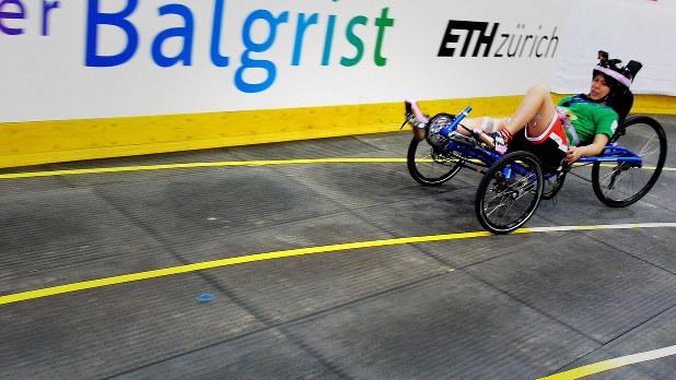 サイバスロンのリハーサルで走るメルティンのFES(機能的電気刺激)バイクの試作機