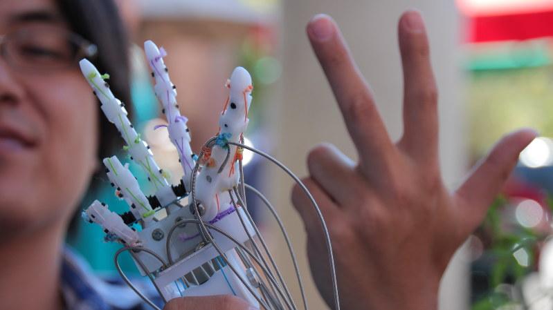 手の指も思い通りに動かせるメルティンMMIの筋電義手=メルティンMMI提供