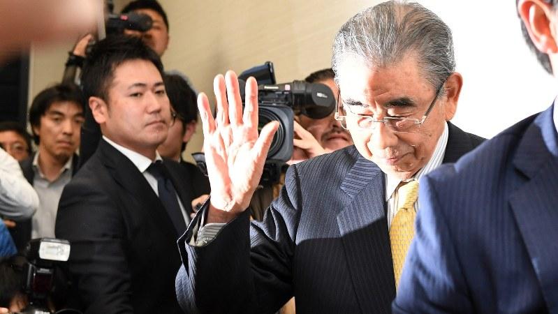 手を上げて記者会見場を後にするセブン&アイ・ホールディングスの鈴木敏文会長=4月7日、徳野仁子撮影