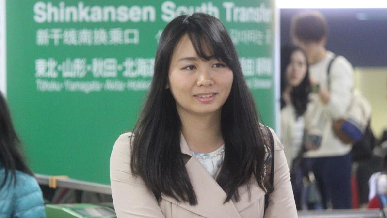 東北新幹線の改札に入る瀬戸さん