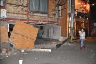 壁が大きく崩れ落ちた建物=熊本市中央区で2016年4月14日午後9時32分、野呂賢治撮影