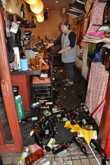 居酒屋でも多くの酒などが散乱した=熊本市中央区の居酒屋で2016年4月14日午後9時49分、野呂賢治撮影