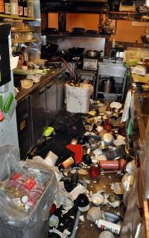 地震の揺れで落ちた皿などが散乱した居酒屋の店内=熊本市中央区で2016年4月14日午後9時49分、野呂賢治撮影