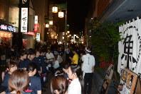 地震後、飲食店から屋外に避難する従業員や客ら=熊本市中央区の繁華街で2016年4月14日午後9時35分、柿崎誠撮影