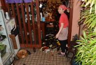 焼酎のボトルが散乱する飲食店=熊本市中央区の飲食店で2016年4月14日午後9時30分、柿崎誠撮影
