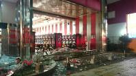 地震でガラスが割れ落ちたパチンコ店=熊本市東区若葉2で2016年4月14日夜、出口絢撮影