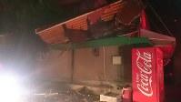 地震の被害を受けた建物=熊本県益城町馬水で2016年4月14日夜、出口絢撮影
