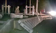 灯ろうなどが倒れた惣領神社=熊本県益城町で2016年4月14日夜、出口絢撮影