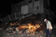 アパートの土台が倒壊した現場=熊本県益城町で2016年4月14日午後10時50分、野呂賢治撮影
