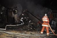 地震のため倒壊し、火事になった民家=熊本県益城町で2016年4月14日午後10時54分、野呂賢治撮影