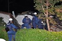 倒壊した家屋に残された人を救出する警察官ら=熊本県益城町で2016年4月14日午後11時21分、野呂賢治撮影