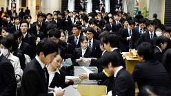 企業ブースに向かう学生たち=マイナビ合同会社説明会で、竹内紀臣撮影