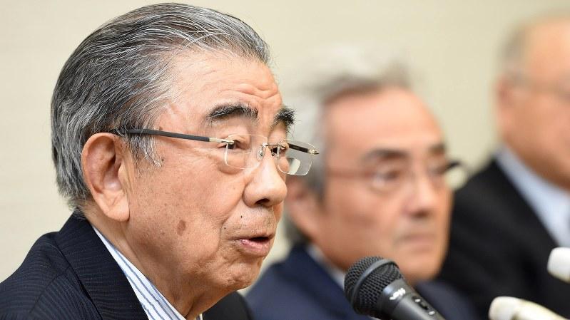 引退を発表したセブン&アイ・ホールディングスの鈴木敏文会長(左)=2016年4月7日、徳野仁子撮影