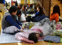 After an anxious night following the Kumamoto earthquake, disaster evacuees rest at the Mashiki health and welfare center, in Mashiki, Kumamoto Prefecture, on April 15, 2016. (Mainichi)