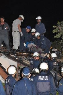 倒壊家屋から救出された80代の男性=熊本県益城町で2016年4月14日午後11時53分、野呂賢治撮影