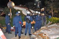 倒壊家屋から救出された80代の男性=熊本県益城町で2016年4月14日午後11時54分、野呂賢治撮影
