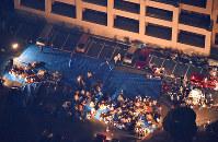 地震で駐車場に避難した人たち=熊本県益城町で2016年4月14日午後11時41分、本社ヘリから矢頭智剛撮影