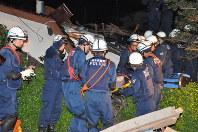 倒壊した家屋から救出された高齢女性=熊本県益城町で2016年4月15日午前0時28分、野呂賢治撮影