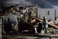 火災のあった現場で消火活動にあたる消防隊員=熊本県益城町で2016年4月14日午前0時過ぎ、須賀川理撮影