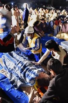 避難してきたけが人の治療に当たる人たち=熊本県益城町で2016年4月15日、須賀川理撮影