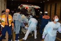救急搬送者を受け入れる看護師ら=熊本市東区の熊本赤十字病院で2016年4月15日午前0時12分、柿崎誠
